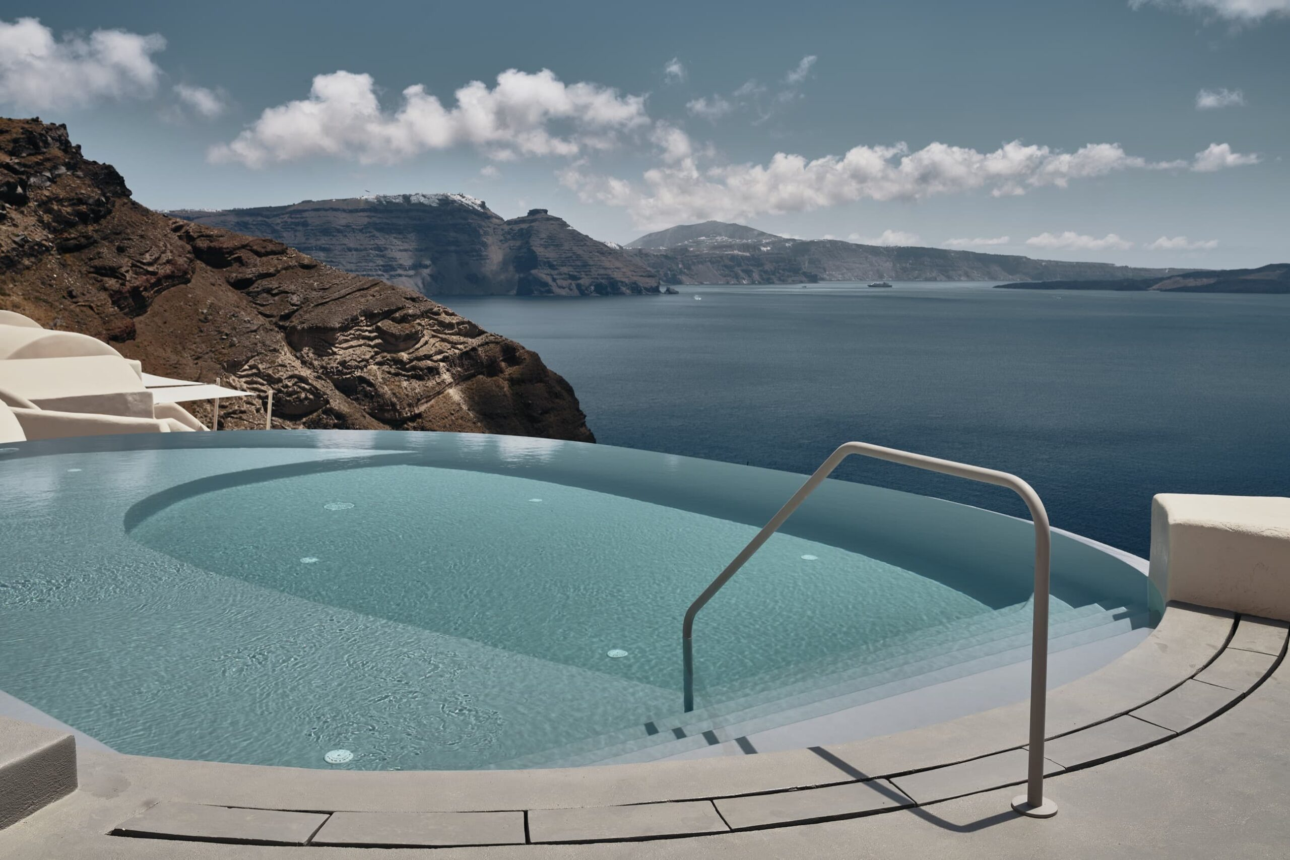 Amazing infinity pool for guests of Mystique Hotel